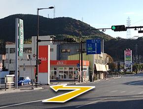 ②山口銀行を通り過ぎ、auショップとの間の道を左折します。