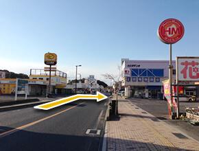 ①熊毛I.C.より、県道8号線、144号線を国道188号線方面へ。左手に山口トヨタ、イエローハット、右手にほっともっと、上田電機商会が見えてきます。ほっともっとと、上田電機商会の間を右折します。