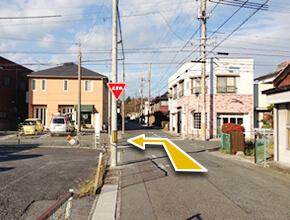 ②200m進むと、左手にオレンジの建物、右手にピンクのレンガ壁の建物が見えてきます。ここの交差点を左折すると、スミヤフードショップが見えてきますので、直進します。