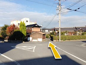 ②50m直進すると、左右に反れる道と、正面に小道が見えてきますので、小道を直進します。